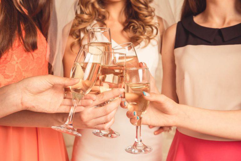 Noiva e amigas brindam em chá de lingerie