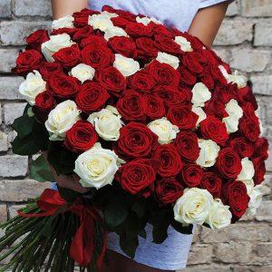Mulher recebendo rosas de presente