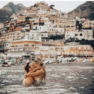 Casal se beijando dentro do mar