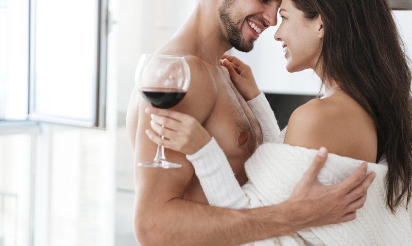 Casal esquentando o clima para usar cosméticos sensuais