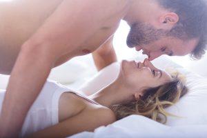 Casal jovem na cama fazendo amor