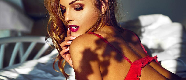 Mulher de lingerie vermelha - Dia do Orgasmo Feminino Sexy Vinte e Oito