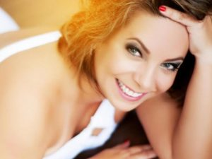 mulher mais velha sorrindo em ensaio sensual