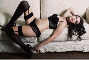 Mulher de lingerie preta posando para ensaio boudoir