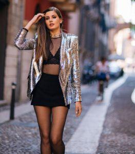 Camila Queiroz com sutiã cropped à mostra e transparência