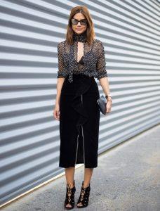 Sutiã cropped preto e blusa transparente em look lingerie à mostra