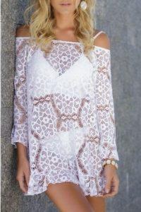 Mulher vestindo linda saída de praia de renda branca