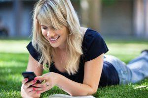 Mulher usando aplicativo de relacionamento