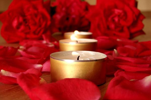 Decoração romântica: pétalas de rosas vermelhas e velas