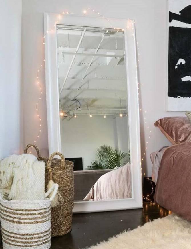 Decoração romântica: espelho no quarto com luzinhas