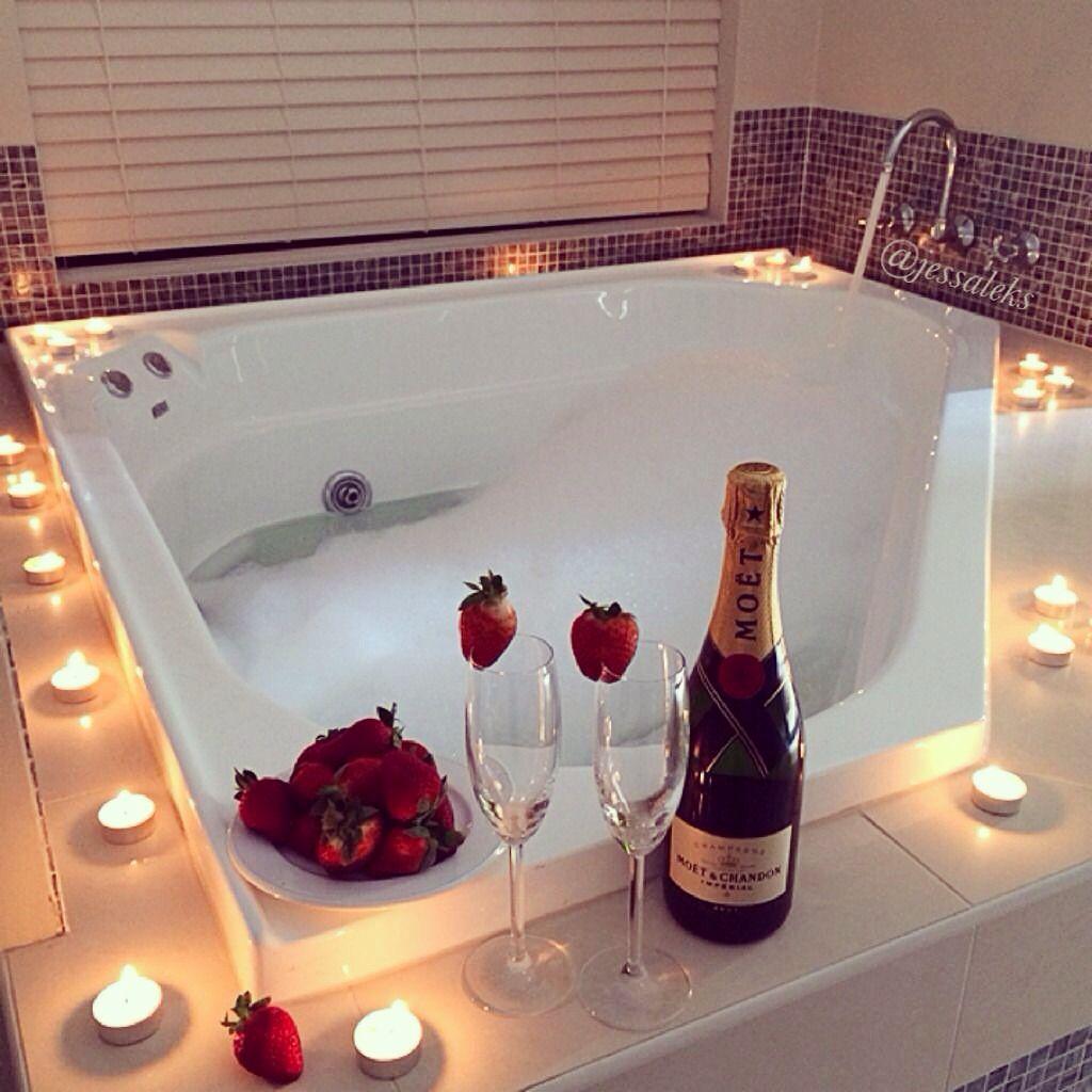 Decoração romântica: aperitivo na banheira
