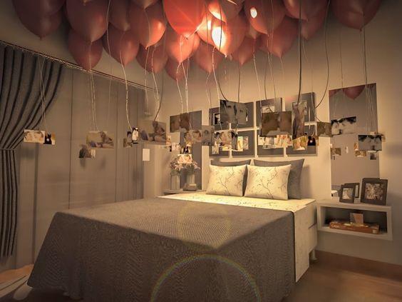 Decoração romântica: quarto com fotos do casal e balões