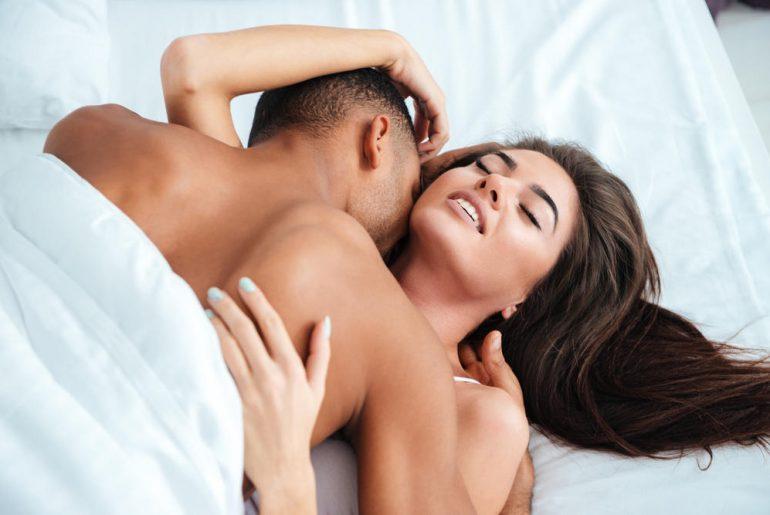 Casal praticando sexo tântrico