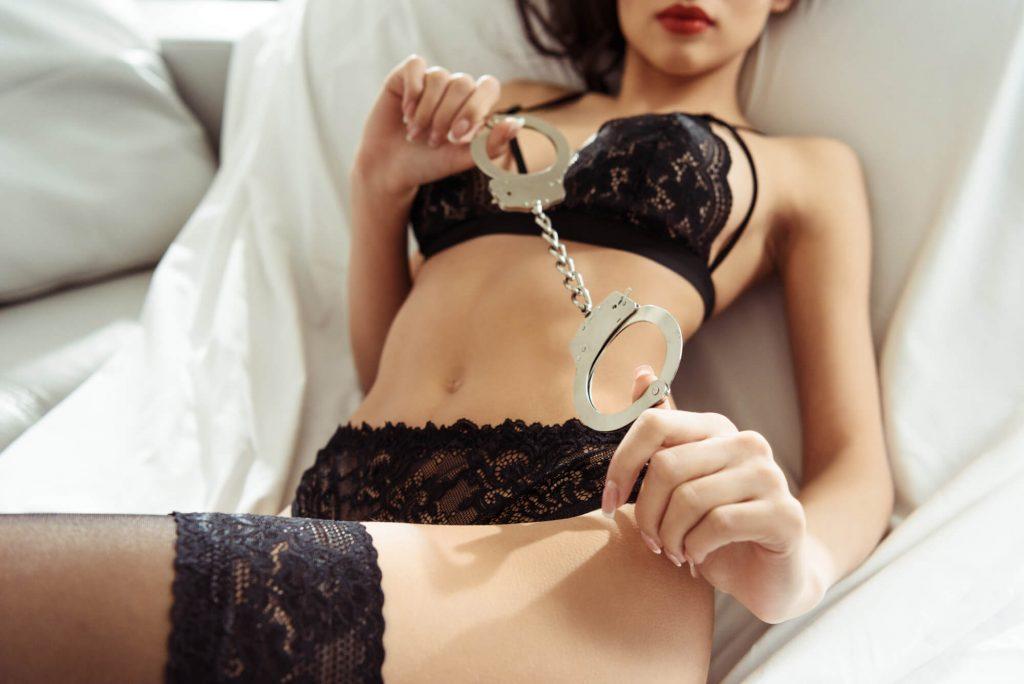 Nude perfeito: use acessorios eroticos na foto