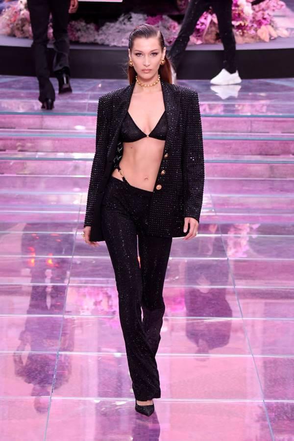 Tendências de lingerie para 2020 - sutiã com blazer Versace