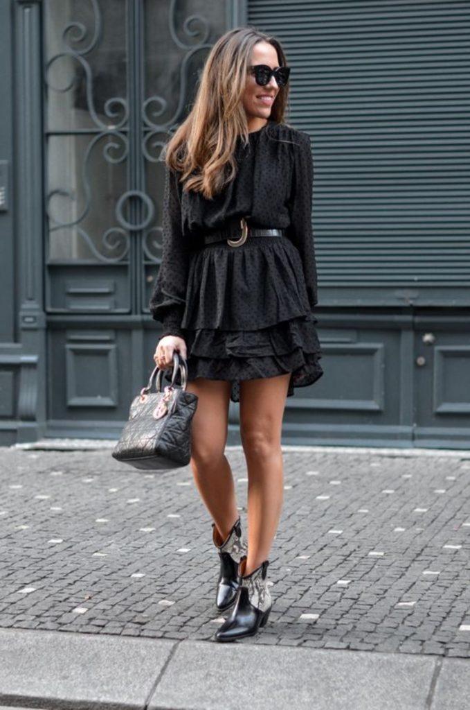 Botas texanas: vestido preto